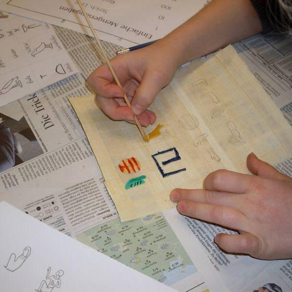 archaologie-kinder-papyrus-beschriften